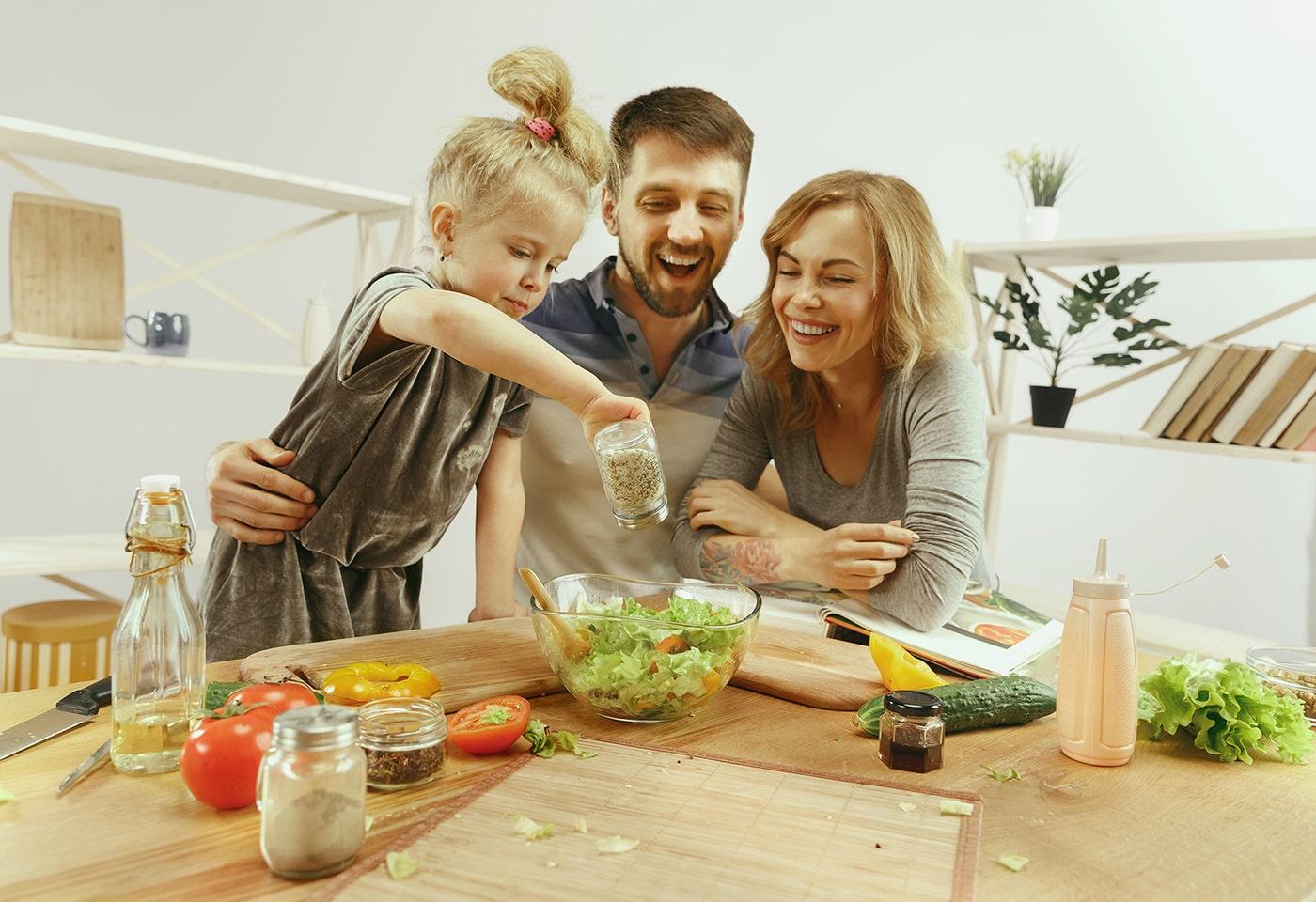 SH-İnşaat-mutlu-aile-yemeği